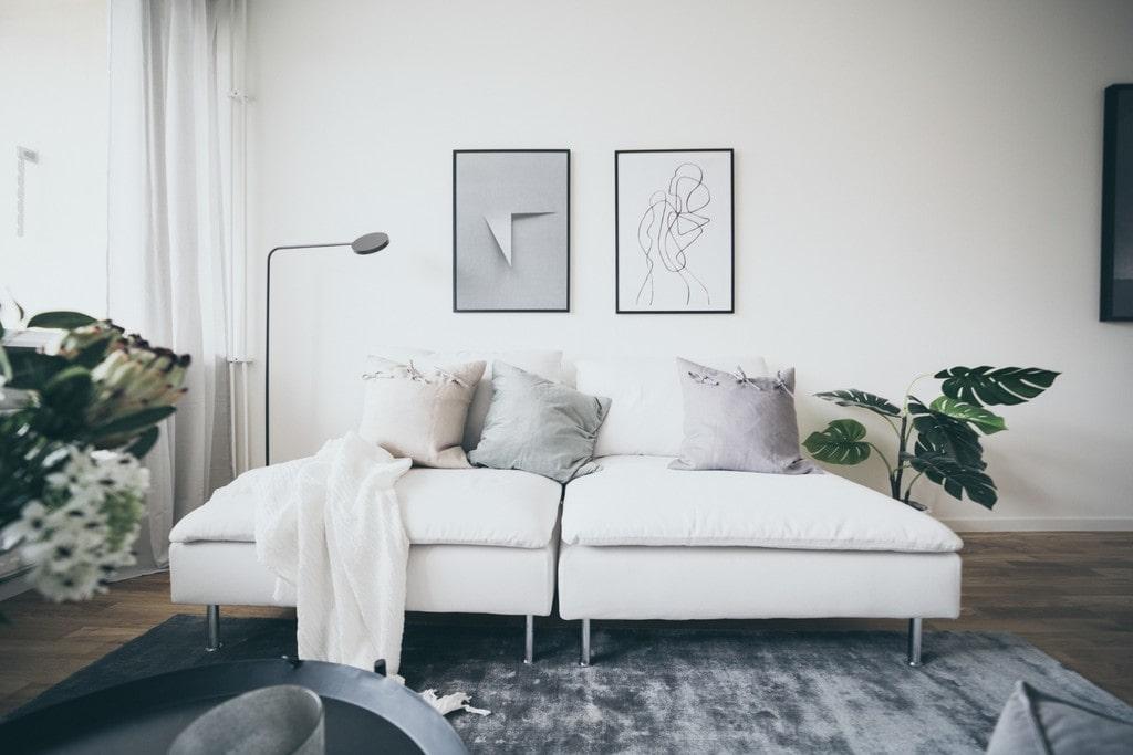 vit soffa med pastellfärgade kuddar