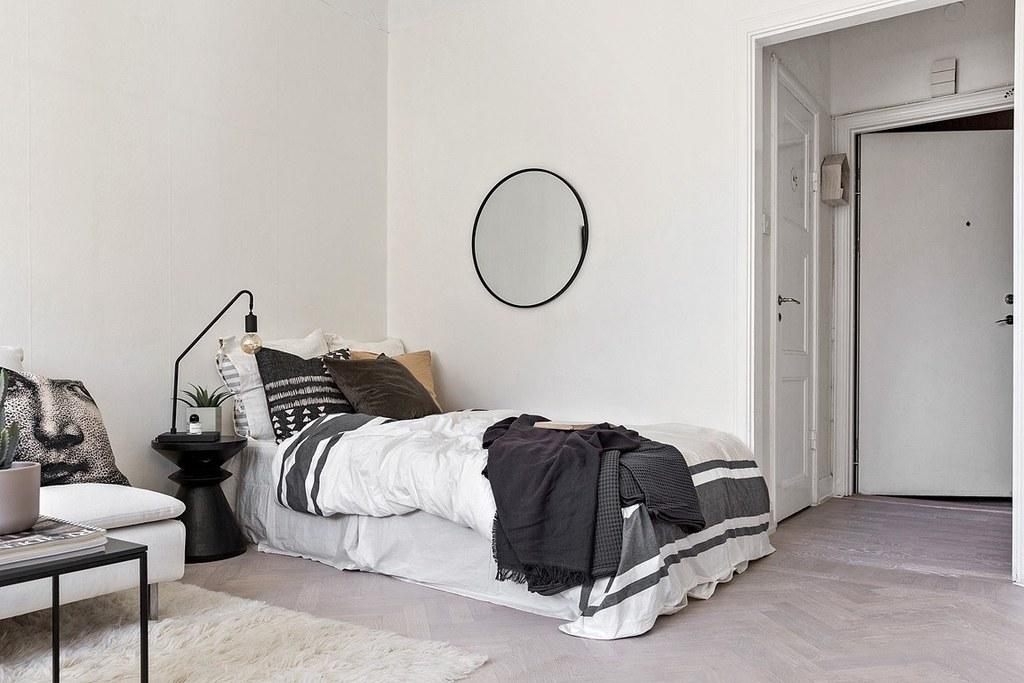 bäddad säng med mönstrat täcke och kuddar