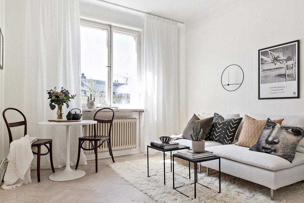 vardagsrum med bord och stolar, soffa och soffbord