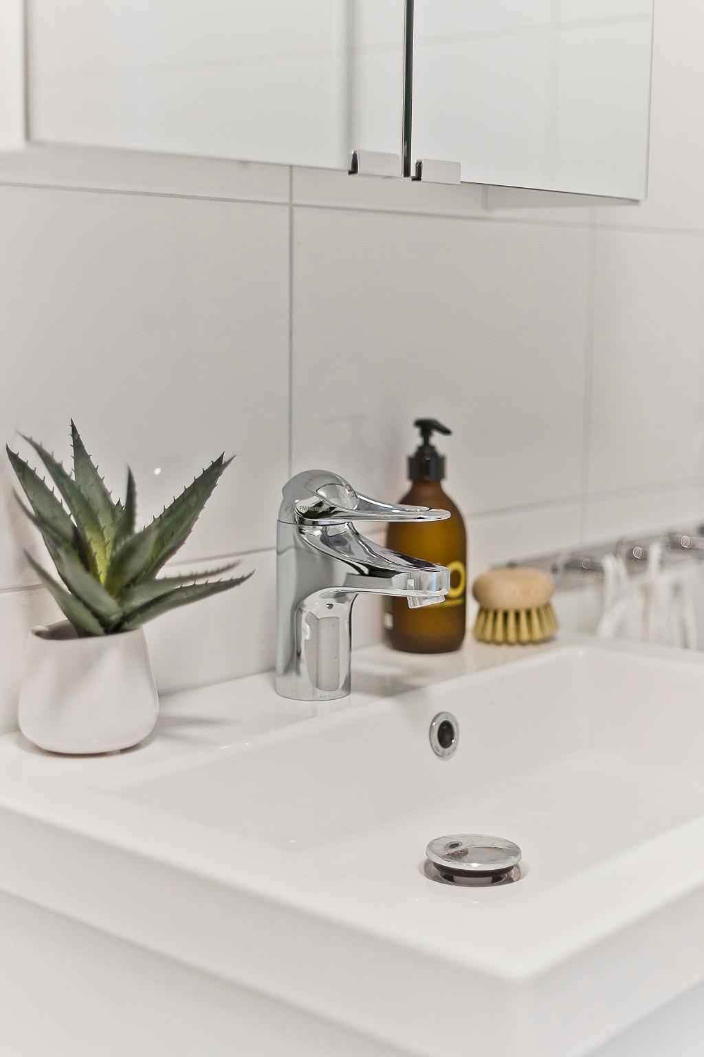 detaljbild på handfat i ljust badrum