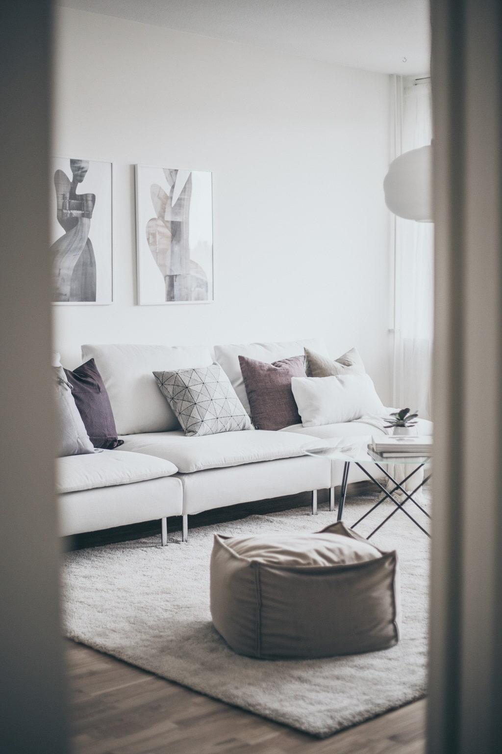 Vardagsrum med ljus matta och soffa