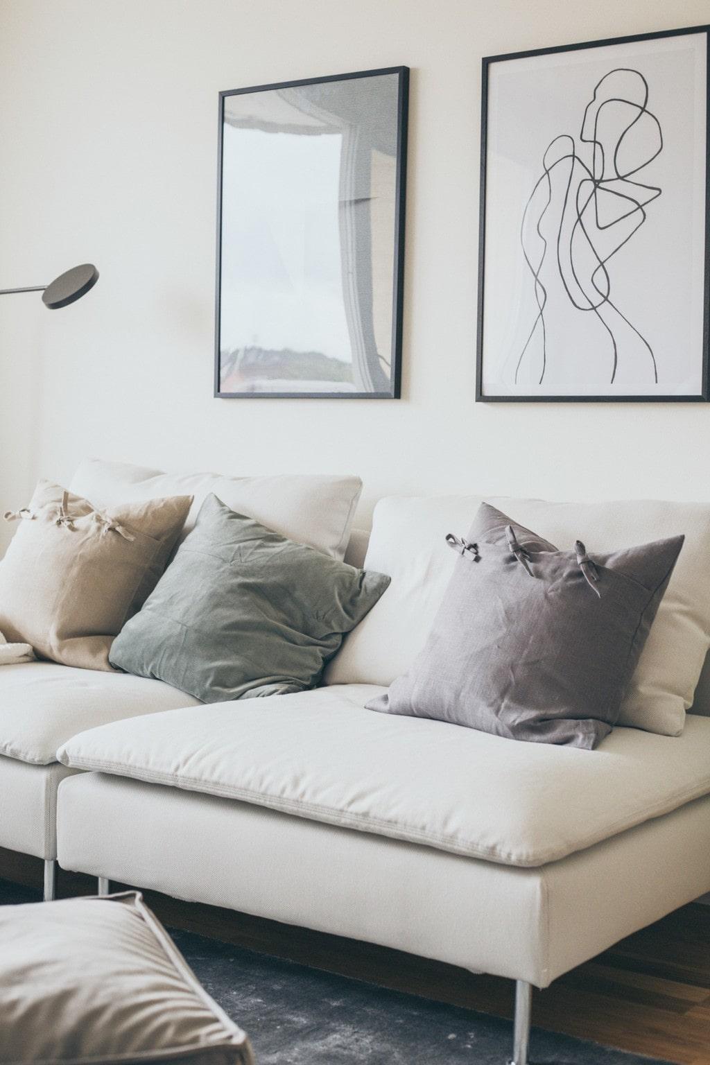 beige soffa med ljusa soffkuddar