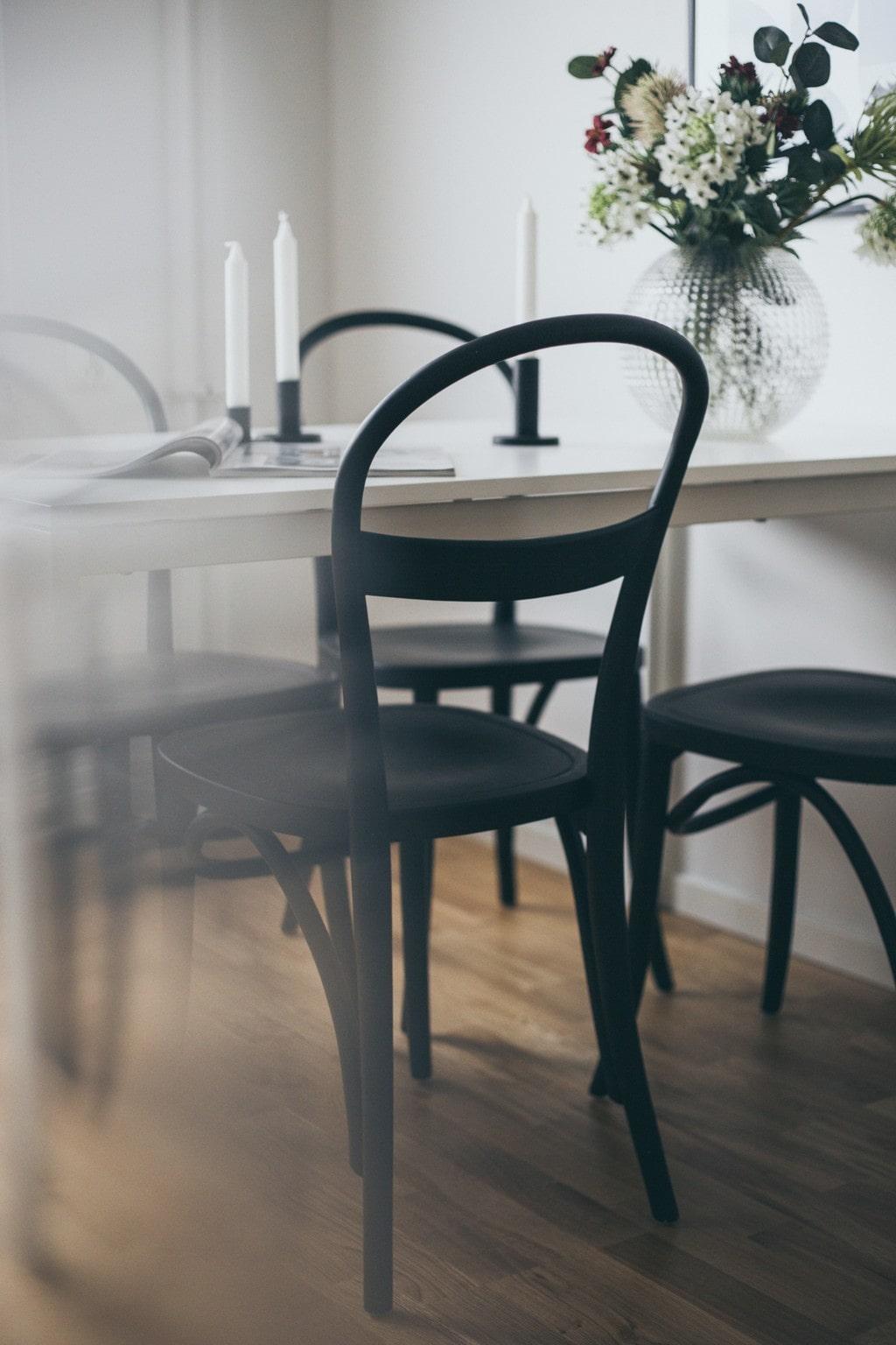 vitt köksbord med svarta stolar