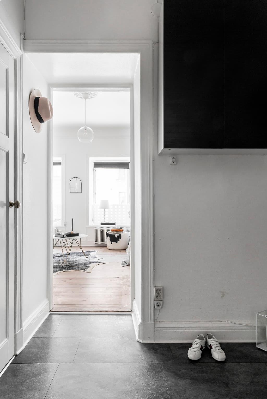 hall och dörr in till vardagsrum