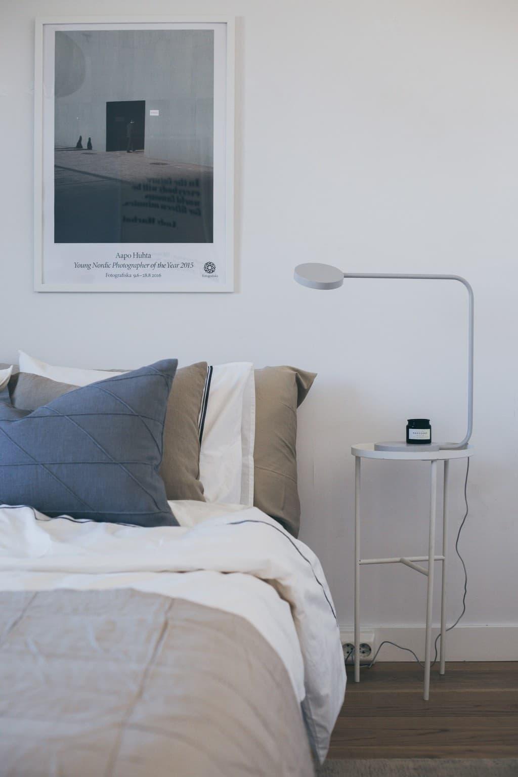 bäddad säng med kuddar och sängbord