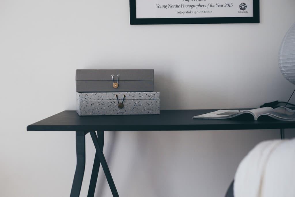 svart skrivbord med förvaringsaskar på
