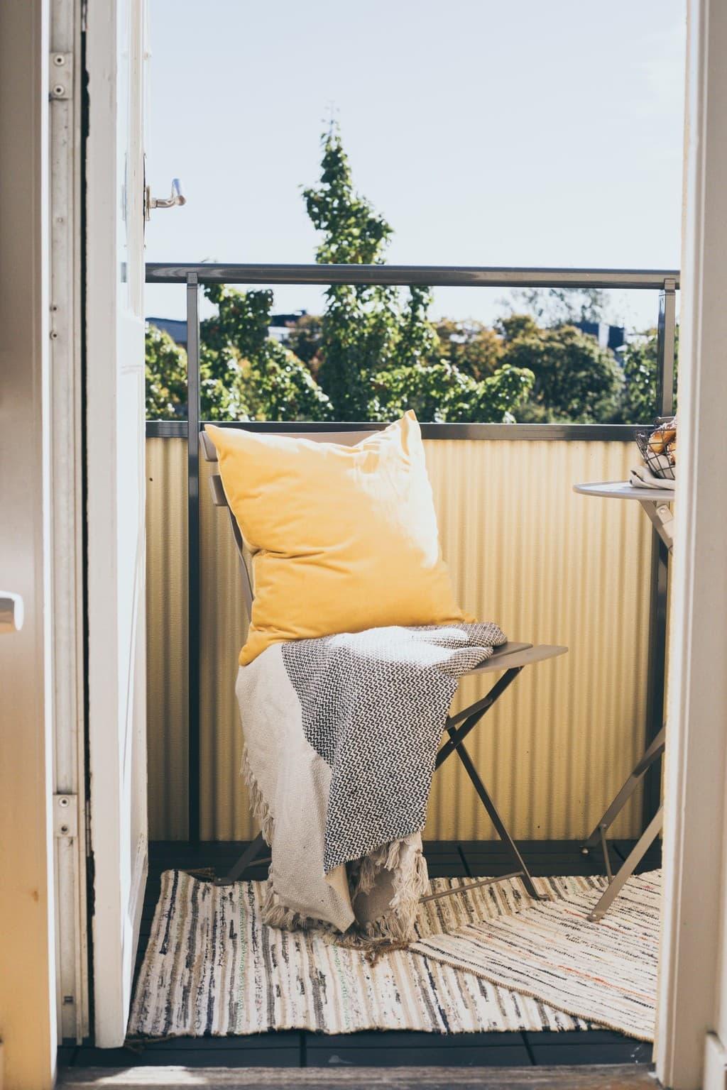 balkongen med stol och kuddar
