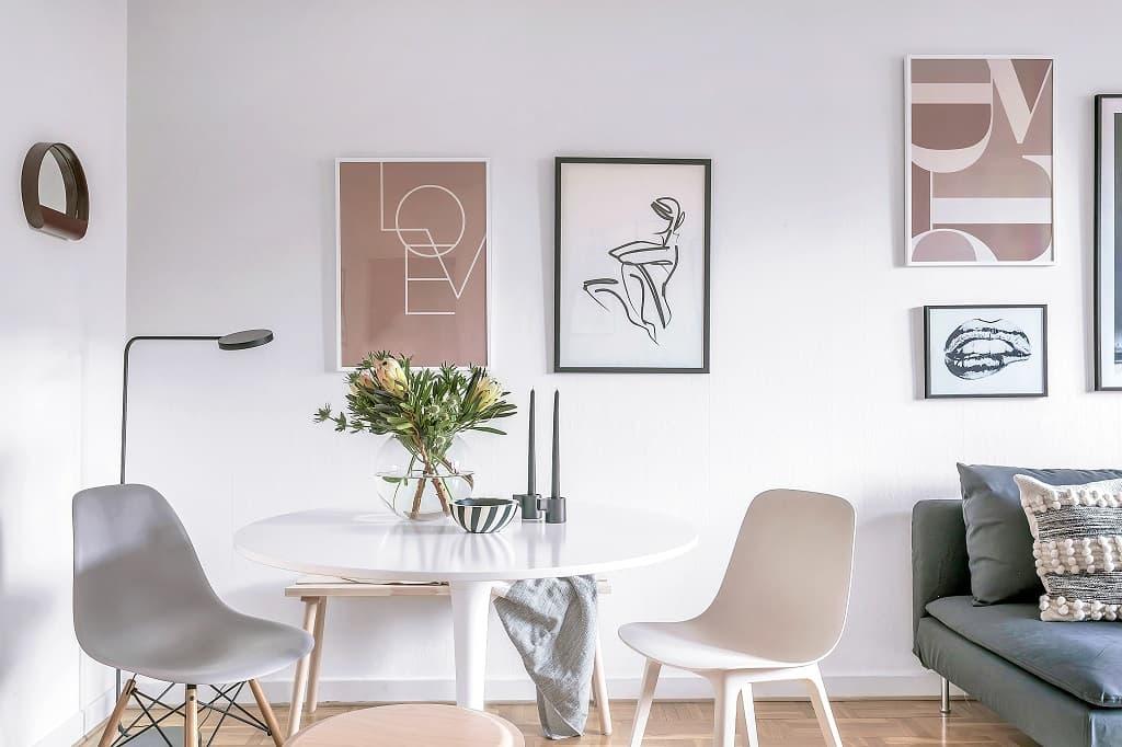 vardagsrum med pelarbord och stolar
