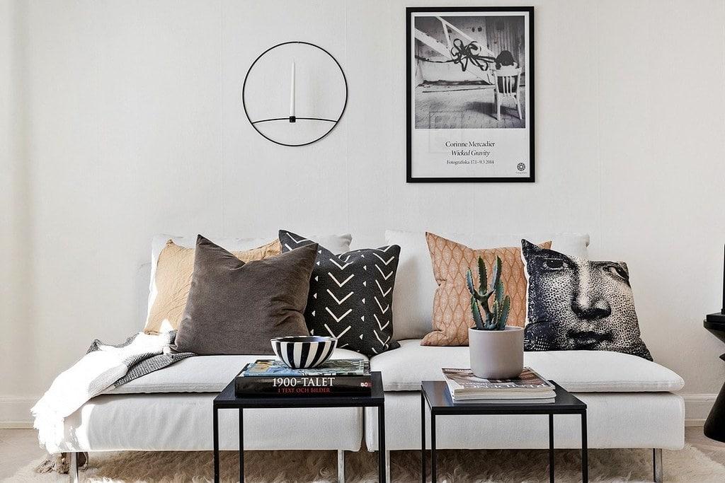 vit soffa med mönstrade kuddar i bruna och svarta nyanser