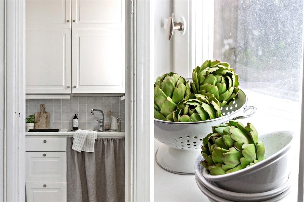 till vänster dörrhål in till kök, till vänster kronärtskocka i vitt durkslag