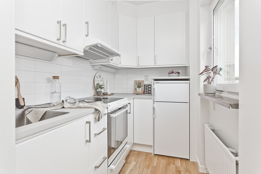 vitt avlångt litet kök