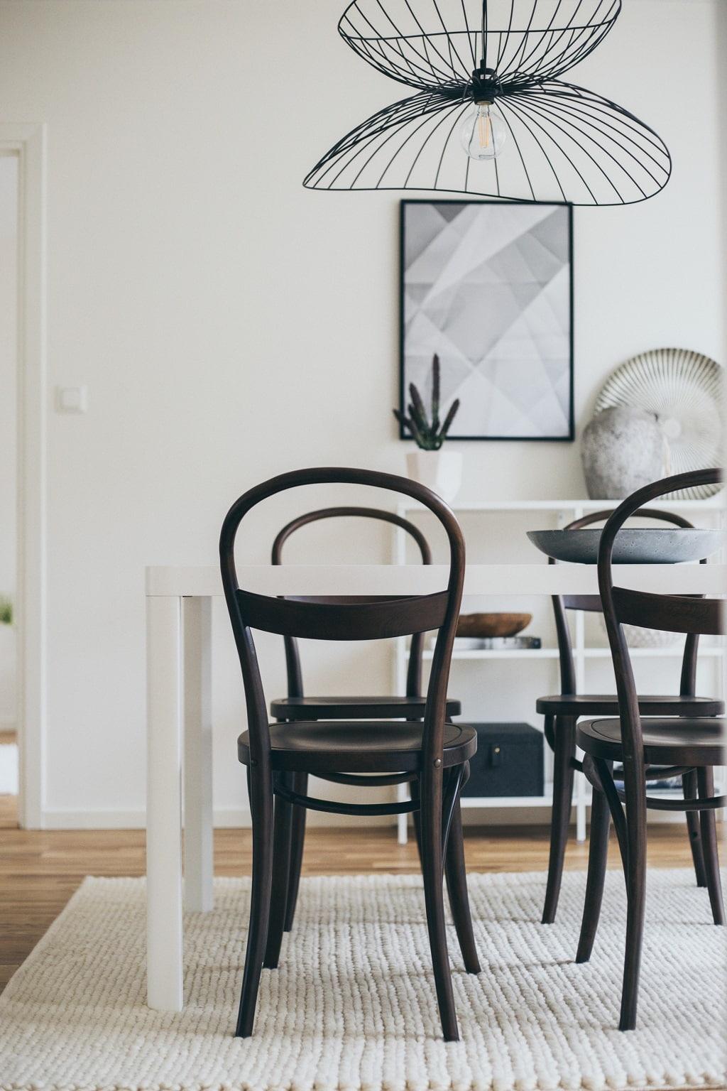 matsal med ljust bord och mörka stolar i böjträ