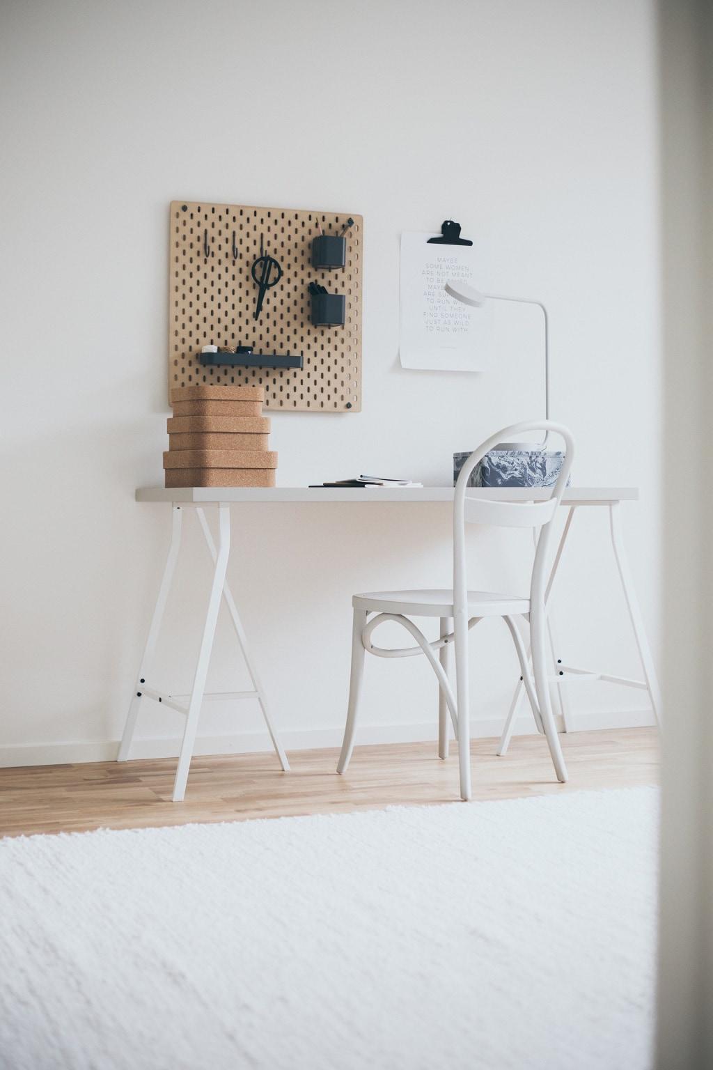 Litet ljust skrivbord med stol