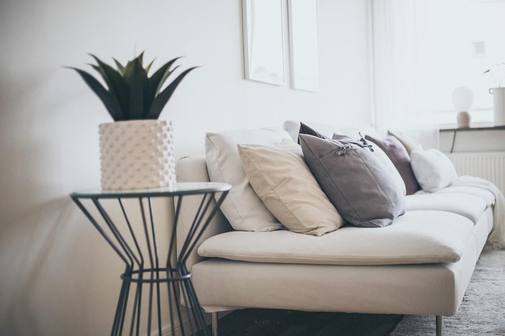 Närbild på sidobord framför en ljus soffa