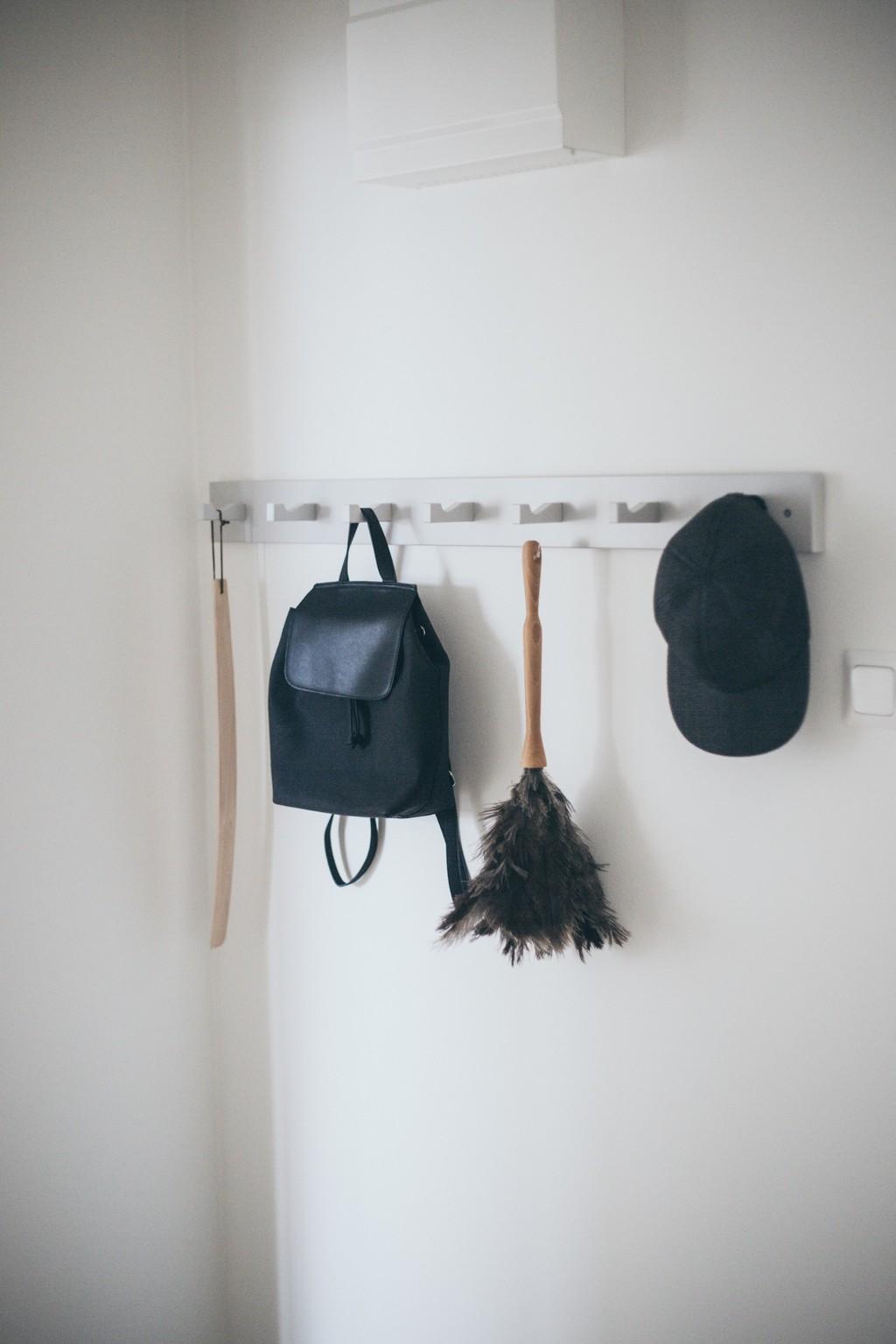 vit kroklist med skohorn, ryggsäck och keps