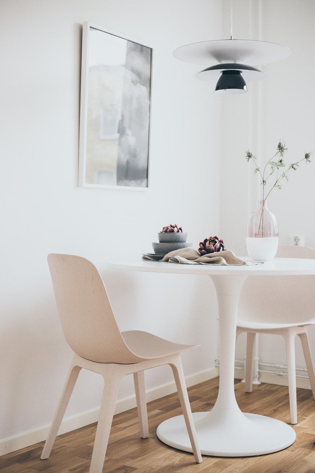 stolar och runt ljust bord i kök