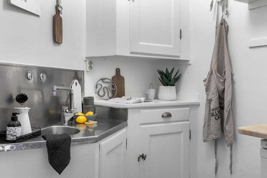 bild på litet ljus kök