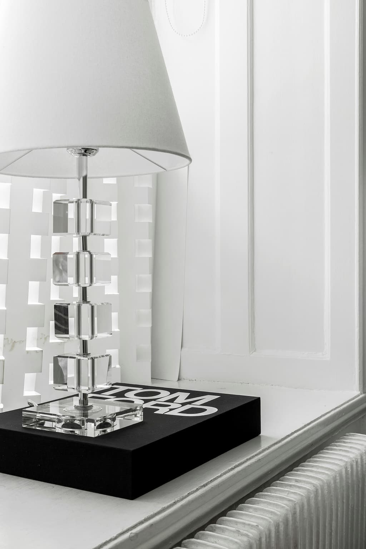 fönstersmyg med lampa och coffetable bok