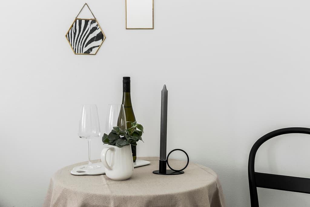 dukat bord med beige duk