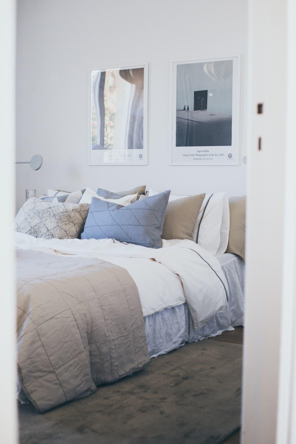 dörren in till sovrummet med bäddad säng innanför