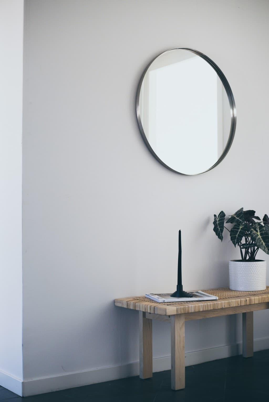 hall med bänk och rund spegel