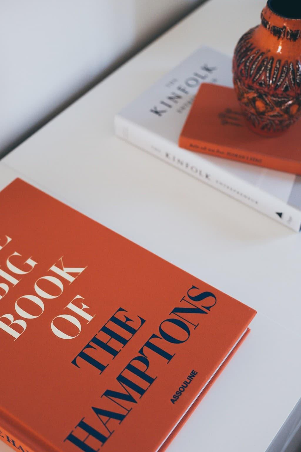 närbild på skåp och böcker