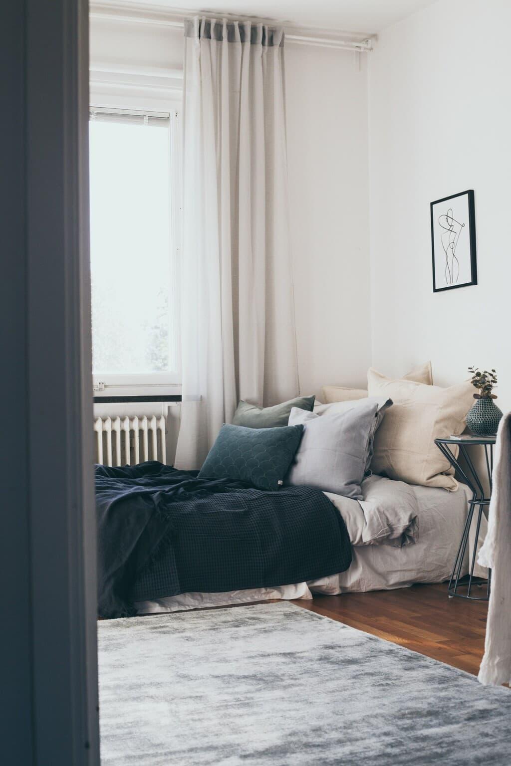 bäddad säng med massa kuddar