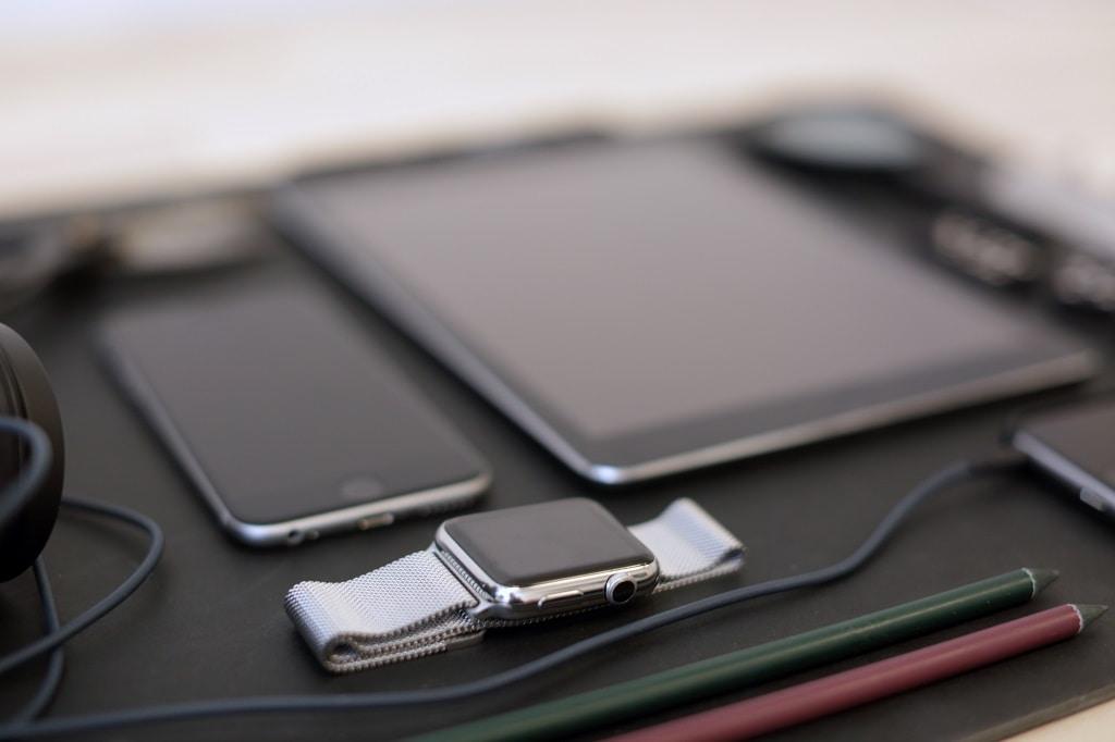 appel watch, iphone och ipad i svart