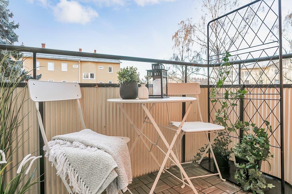 inredd balkong med växter och cafemöbler